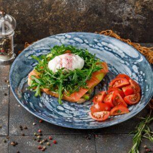 Тост с копчёным лососем и яйцом пашот
